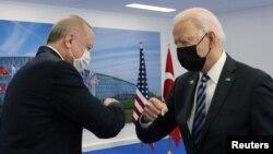 Prezidentlər Co Bayden (sağda) və Recep Tayyip Erdoğan NATO sammitində