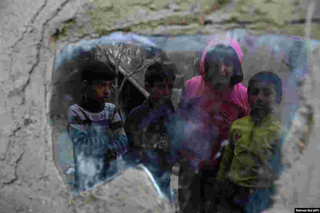 Fëmijë, të cilët janë të zhvendosur nga shtëpitë e tyre, qëndrojnë në një strehë të përkohshme në Kabul. (AP/Rahmat Gul)