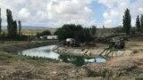 Пятна от горючего на месте работы российских военных возле реки Биюк-Карасу