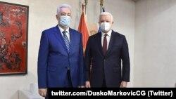 Поранешниот и новиот црногорски премиер по денешното примопредавање на премиерската должност - Душко Марковиќ и Здравко Кривокапиќ