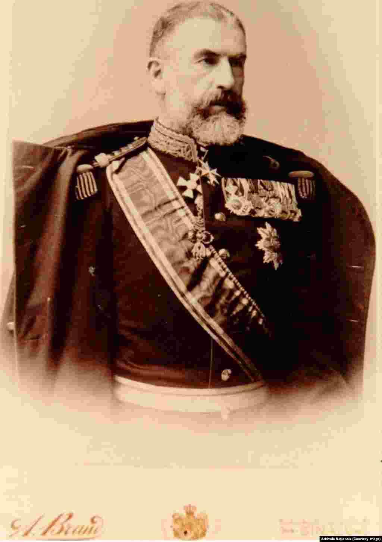 Carol I de Hohenzollern a domnit de la 10 Mai 1866 până la moartea sa, la 10 octombrie 1914. A venit într-o Românie care figura pe hărțile europene în componența Imperiului Otoman și în urmă o putere regională pregătită să încorporeze Transilvania, leagănul națiunii române. A luptat, la propriu, în fruntea soldaților săi în Războiului de Independență din 1878-1878, în vremea lui s-a înființat Banca Națională, s-au dezvoltat Universitățile și Academia și s-a construit o rețea de căi ferate și drumuri echivalentă cu cea din statele occidentale. Disciplinat, rezervat și cu o extraordinară putere de muncă, Carol I s-a dovedit a fi exact omul de care avea nevoie România ca să reducă decalajul de secole ce o separa de Europa Occidentală. Elitele politice românești i-au oferit lui Carol I de Hohenzollern Coroana României împreună cu o misiune foarte dificilă. Împreună au reușit. Foto: Arhivele Naționale.