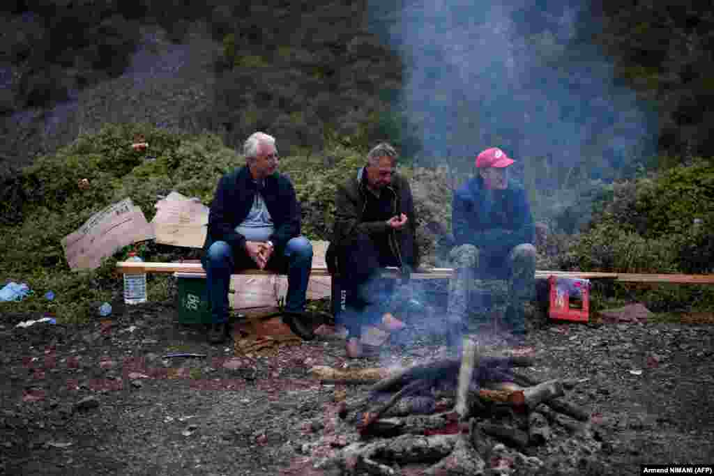 Косовские сербы сидят возле костра неподалеку от пограничного перехода«Ярина», 28 сентября