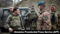 Ukrajinski predsjednik Volodimir Zelenski u posjeti prvoj liniji odbrane na kojoj se nalaze ukrajinski vojnici