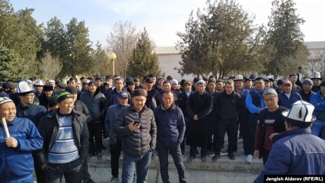 Протест жителей приграничных сел в Кыргызстане. Люди потребовали решить спорные вопросы на границе.