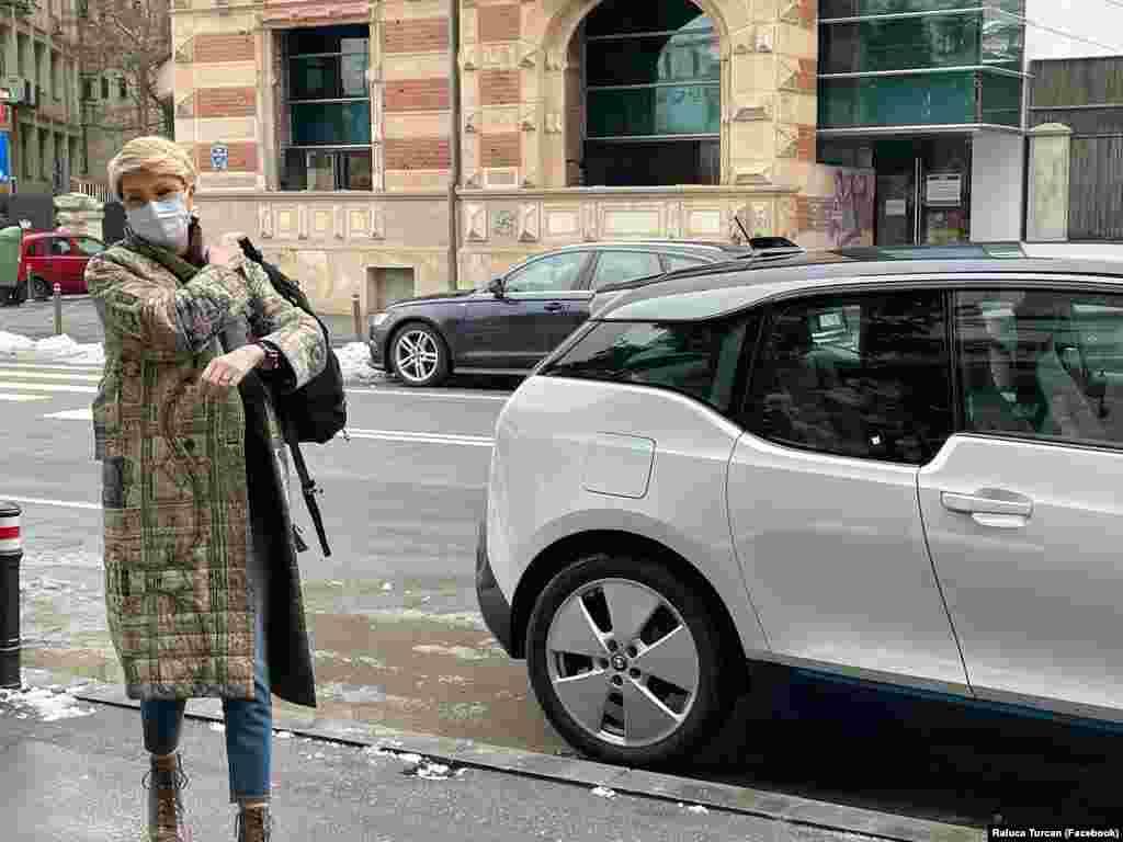 Raluca Turcan miniszterelnök-helyettes elektromos autóval ment dolgozni a zöld péntek alkalmából.
