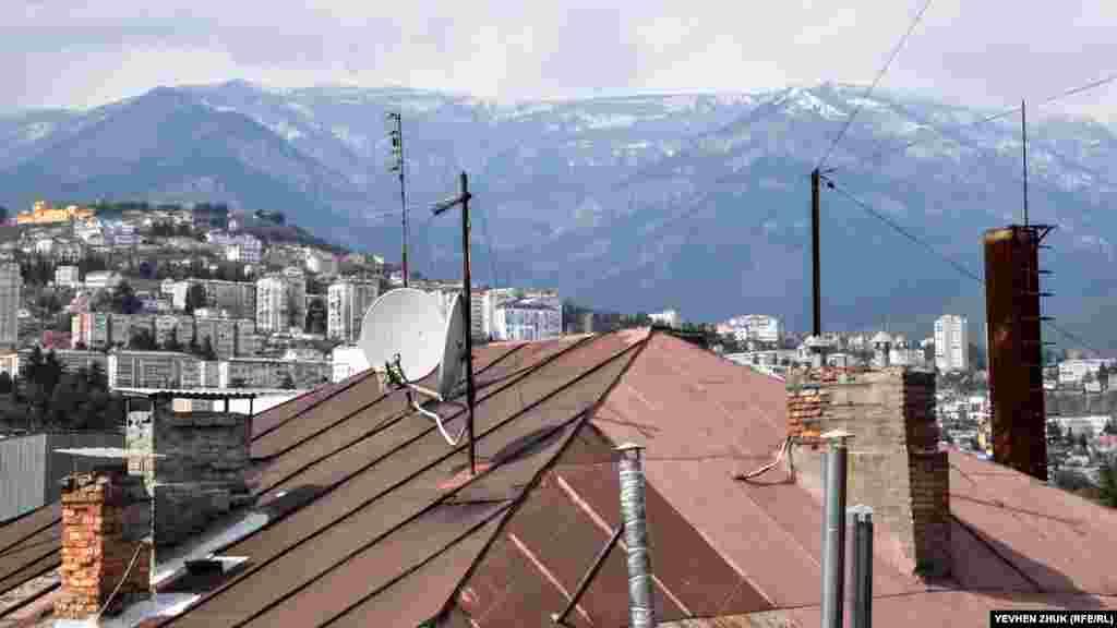 Sverdlov soqağında Yaltanı sarğan dağlar manzarası