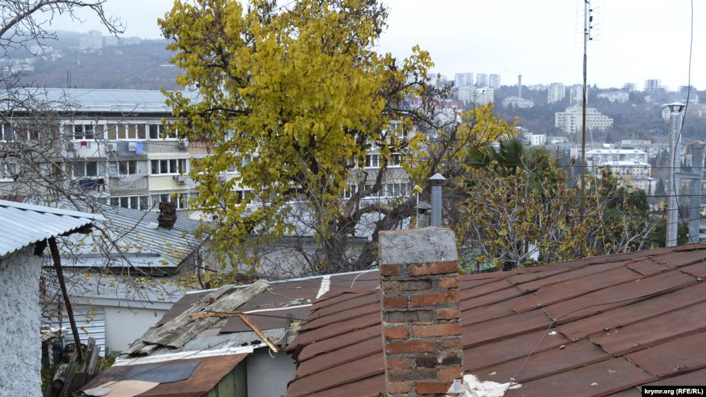 Сегодня в самой высокой точке упраздненного села Дерекой пятиэтажки соседствуют со старыми частными домами