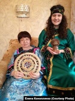 Мать Елены с внучкой
