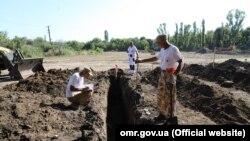 Истражување на новооткриени масовни гробници во Одеса