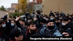 Демонстрация протеста перед французским посольством в Москве