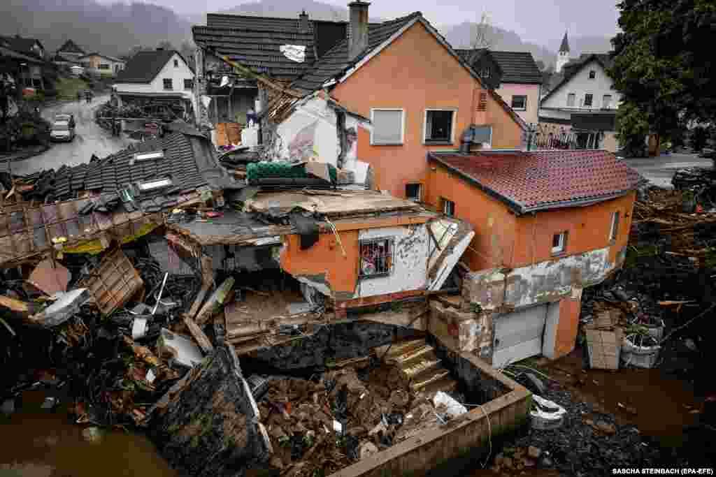 По данным местных властей, в районе Арвайлер к югу от Кельна пропавшими без вести числятся около 1300 человек. На фото: разрушения в деревне Шульд в районе Арвайлер, 16 июля 2021 года