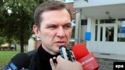 Andrzej Poczobut vorbind cu jurnaliștii, în fața judecătoriei din Hrodna. 23 septembrie 2013