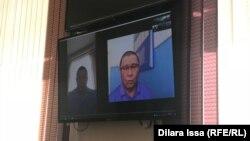 Активист Нуржан Мухаммедов (справа) присутствовал в суде дистанционно, находясь в стенах изолятора. Шымкент, 15 июня 2021 года.