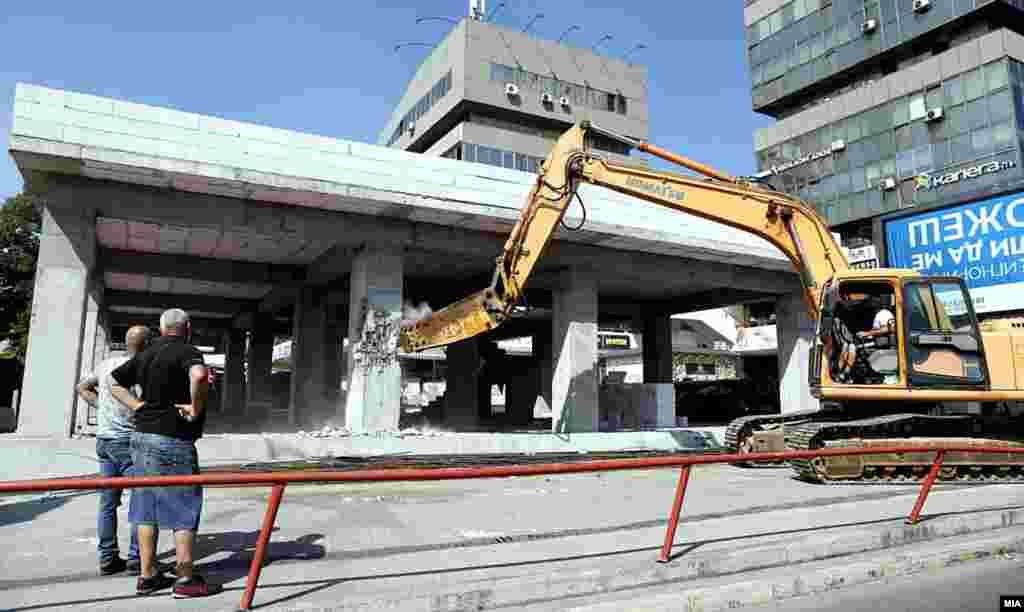 СЕВЕРНА МАКЕДОНИЈА - Кај ТЦ Мавровка во Скопје денеска почна уривањето на дивоградбата пред трговскиот центар, а уривањето го врши Јавното претпријатие за одржување и заштита на магистралните и регионалните патишта. Реагираше инвеститорот кој тврди дека се е легално и се закани со тужби.
