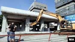 Архивска фотографија од уривањето на спорниот објект кај ТЦ Мавровка во Скопје