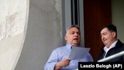 Orbán Viktor miniszterelnök Mészáros Lőrinccel beszélget a felcsúti stadionban 2019-ben