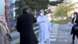 Мэр Праги работает волонтером в больнице