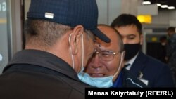 Рахыжан Зейнолла плачет во время встречи с семьей в аэропорту после 17 лет разлуки. Алматы, 9 апреля 2021 года
