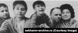 Сахаров и Вихирева на снимке 1967–68 годов с тремя детьми: Любой (слева), Таней (вторая слева) и Дмитрием.