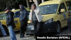 В понеделник в София протестираха таксиметрови шофьори. Едно от исканията им беше премахване на приложенията за споделено пътуване