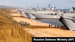 Militari ruși se îmbarcă după încheierea manevrelor din Crimeea, potrivit unor imagini făcute public de Ministerul Apărăii de la Moscova, vineri, 23 aprilie, 2021.