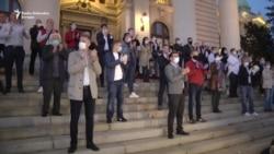 Protest opozicije ispred Skupštine Srbije u vreme policijskog sata