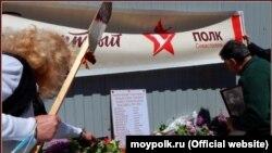Активисты возлагают цветы к импровизированной мемориальной плите, Севастополь, 9 мая 2021 года