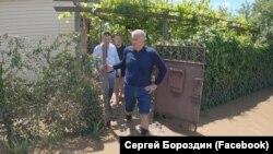 Сергей Аксенов в затопленном дворе Керчи во время наводнения 18 июня 2021 года