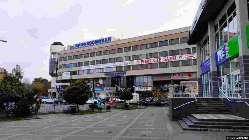 Торговий центр «Пасаж», побудований біля площі Совєтської