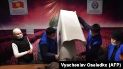 2021-жылдын 10-январында өткөн президенттик шайлоо жана башкаруу тартибин аныктаган референдум учуру. Бишкектеги добушканалардын бири.