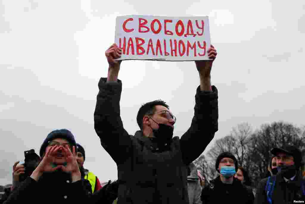 Протестувальники в Санкт-Петербурзі. Протести в Санкт-Петербурзі також були численними, але поліція поводилася зовсім інакше. Затриманих валили на землю, били електрошокерами, наносили удари