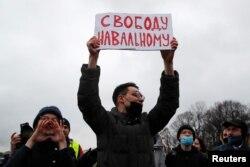Протестующие в Санкт-Петербурге. Фото: Reuters