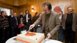 Szájer József felvágja az ünnepi tortát a Fidesz 21. születésnapi ünnepségén, a Bibó István Kollégiumban 2009-ben