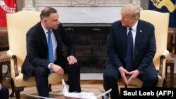 Дональд Трамп (справа) принял Анджея Дуду в Белом доме за несколько дней до первого тура польских президентских выборов. Вашингтон, 24 июня 2020 года