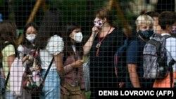 Maske nisu obavezne za učenike od prvog do četvrtog razreda osnovne škole, ali za učenike viših razreda jesu (Na fotografiji učenici u Zagrebu, 7. rujan 2020. godine)