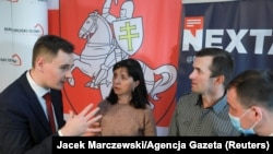 Блогер Сьцяпан Пуціла і бацькі блогера Рамана Пратасевіча з кіраўніком Беларускага дому ў Варшаве Алесем Зарэмбюком