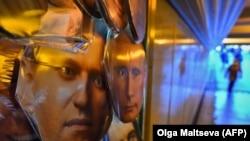 Маски Навального и Путина продаются на сувенирном лотке в подземном переходе в Санкт-Петербурге, 14 января 2021