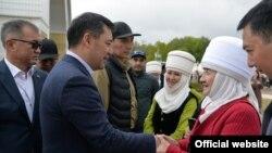 Президент Садыр Жапаров энелер менен. Ысык-Көл. 15-май, 2021-жыл.