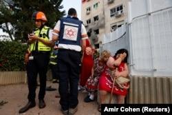 Жильцы дома в Ашкелоне, эвакуированные после падания в него ракеты из сектора Газа
