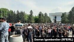 1-май, 2021-жыл. Бишкекте өкмөт үйүнүн алдына чогулгандар.