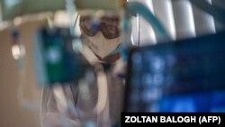 Az egészségügyi személyzet koronavírussal fertőzött beteget kezel a budapesti Szent László Kórházban 2020. április 23-án.