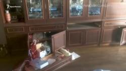 Qırımda tintüv: Rusiye uquq qoruyıcıları qırımtatar satıcısınıñ evinde silâ qıdırdı (video)