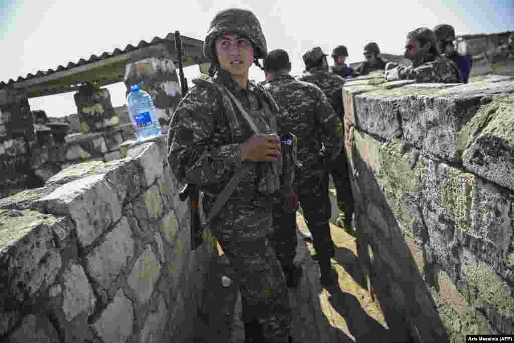 Një ushtar armen në vijën e frontit, derisa trupat luftojnë për t'i mbajtur pozicionet - 18 tetor, 2020.