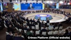 Десятки іноземних делегацій, очолювані президентами, головами урядів і парламентів, міністрами і керівниками міжнародних структур, взяли участь в саміті