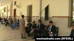 د بلوچستان های کورټ یو شمېر وکیلان د مقدمو تر اورېدنو مخکې په انتظار ناست دي - انځور له ارشیفه.