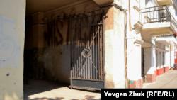 Арка и ворота между домами №16 и 18 по улице Ленина