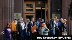 Búcsúznak a Moszkvából hazaküldött cseh követségi dolgozók és családtagjaik, 2021. április 19-én.