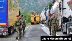 Полските војници, дел од мировната мисија на Косово, КФОР, минуваат низ барикади во близина на граничниот премин Јариње меѓу Косово и Србија, 28 септември 2021 година.