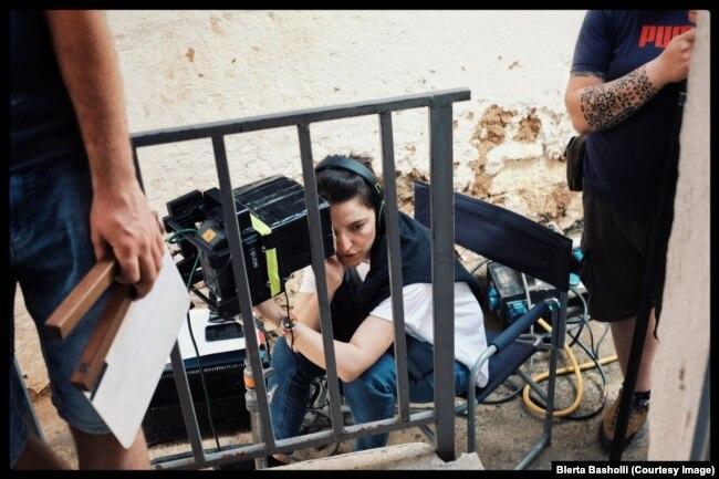 """Regjisorja Blerta Basholli gjatë xhirimeve të filmit """"Zgjoi""""."""