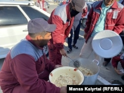 Жители Жанаозена принесли еду протестующим сотрудникам «МунайСпецСнаба». 16 июля 2021 года